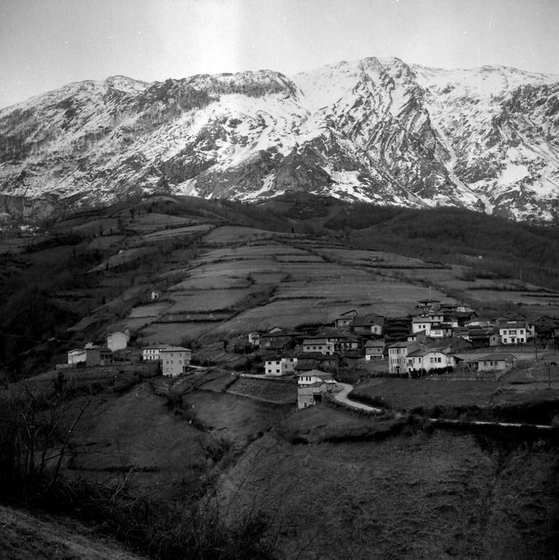 Pueblo de Felguera (Riosa) con la Sierra del Aramo al fondo. Crédito de imagen: archivo de José Ramón Lueje, Pueblo de Asturias (Gijón).
