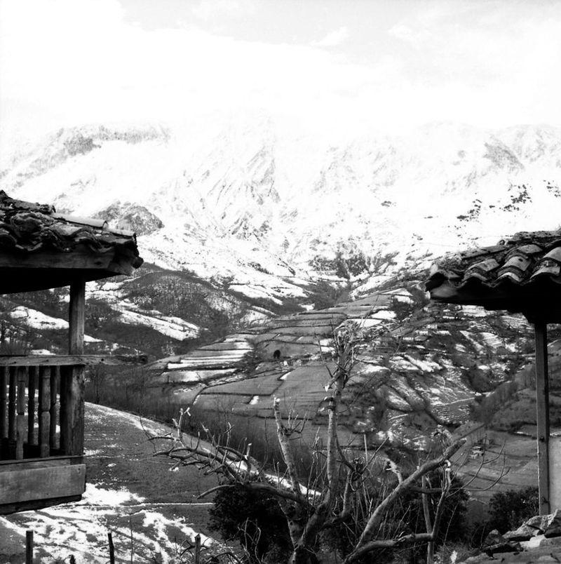Pueblo de Mueriellos (Riosa) con la Sierra del Aramo al fondo. Crédito de imagen: archivo de José Ramón Lueje, Pueblo de Asturias (Gijón).