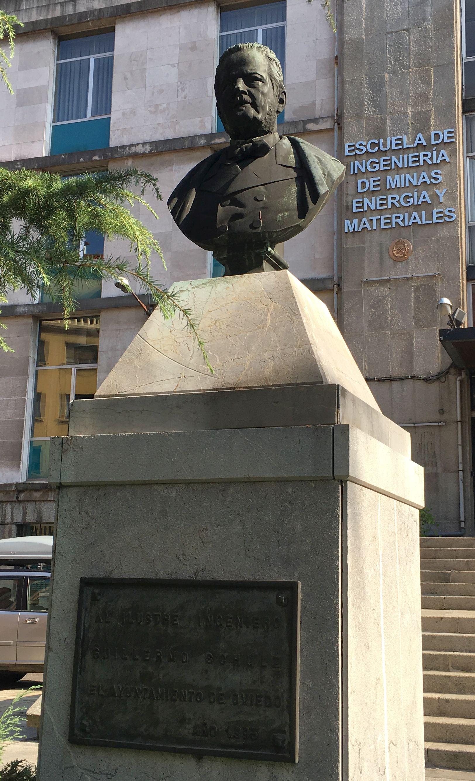 Busto de Guillermo Schulz frente a la Escuela Técnica Superior de Ingenieros de Minas de Oviedo (homenaje del Ayto. de Oviedo, originalmente en la Plaza de Riego, trasladadO frente a la E.T.I.M.O en 1993)