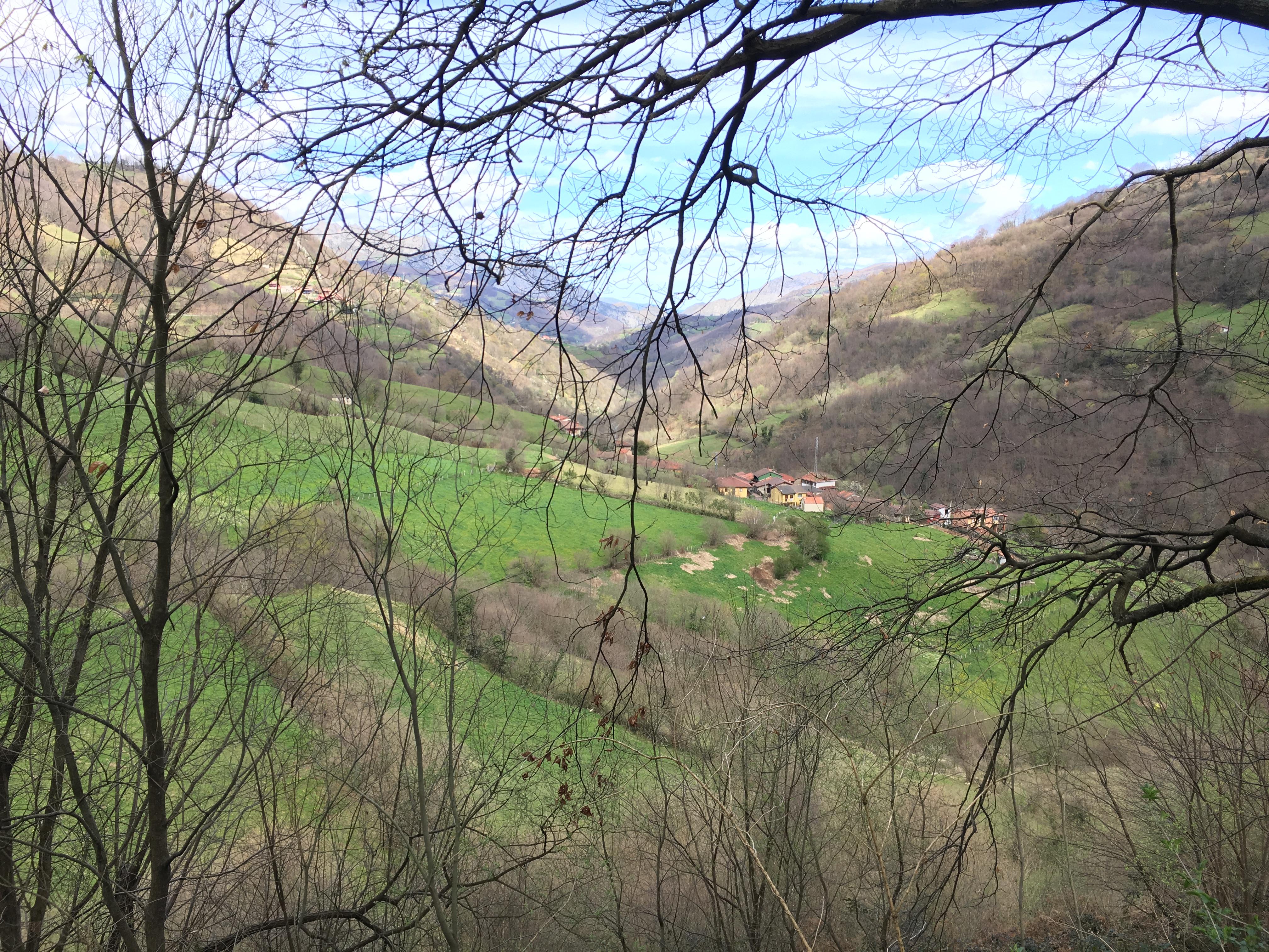 Coluvión de Llamo: camino Rioseco-Manantial del Río Llamo sobre la traza de la Conducción a Oviedo desde Fuentes Calientes, Cortes y Lindes (Quirós), vista del pueblo de Llamo