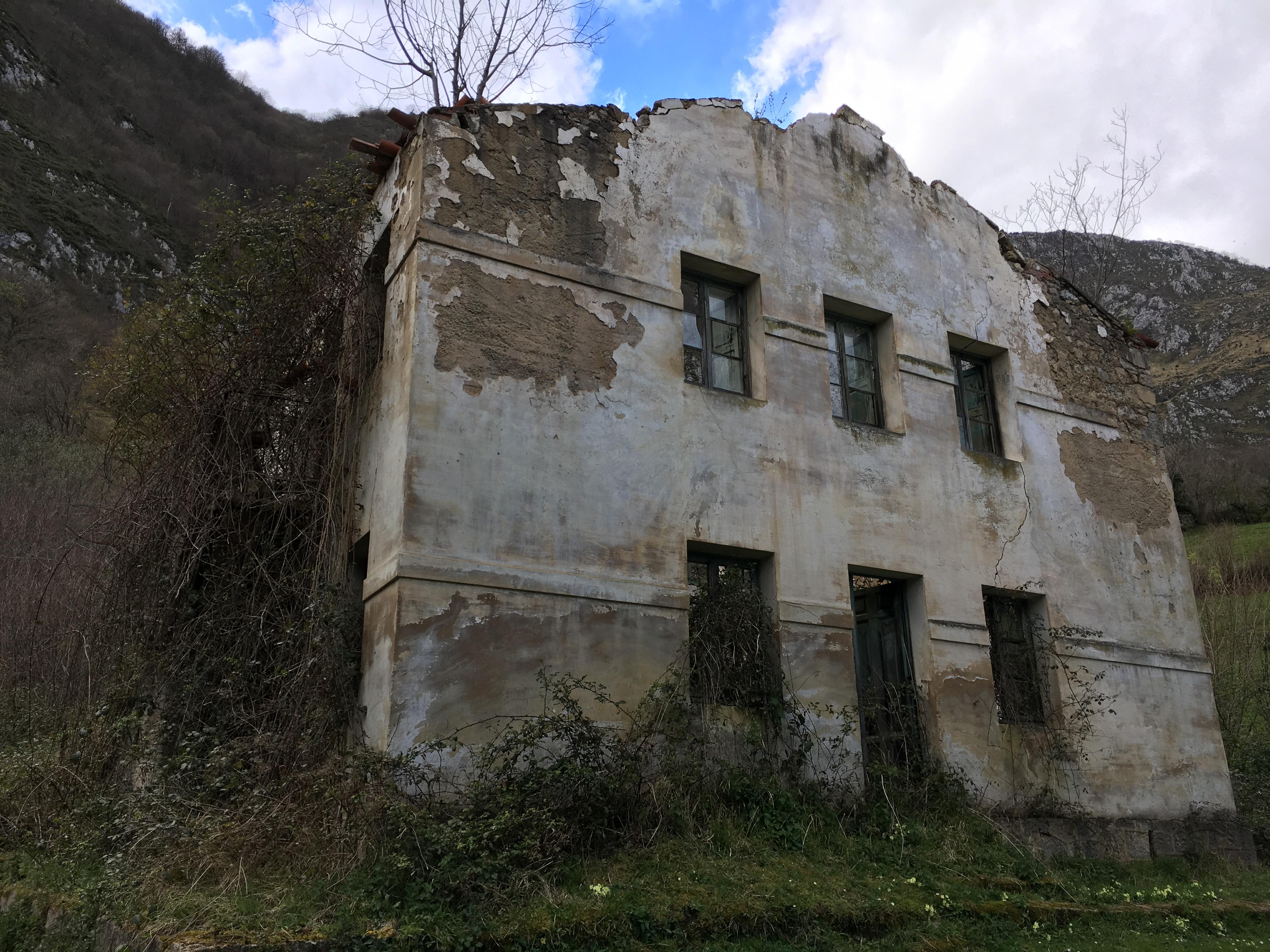 Coluvión de Llamo: Manantial del río Llamo, Casa del Guarda de la Conducción del Aramo