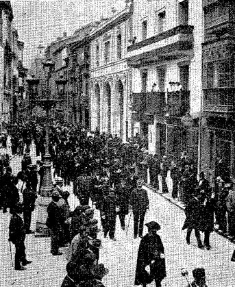 """Desfile de Autoridades de la Ciudad de Oviedo dirigiéndose la Catedral para asistir al """"Tedeum"""" por la traída de aguas del Aramo (Diario ABC (Madrid), 14/08/1903)"""